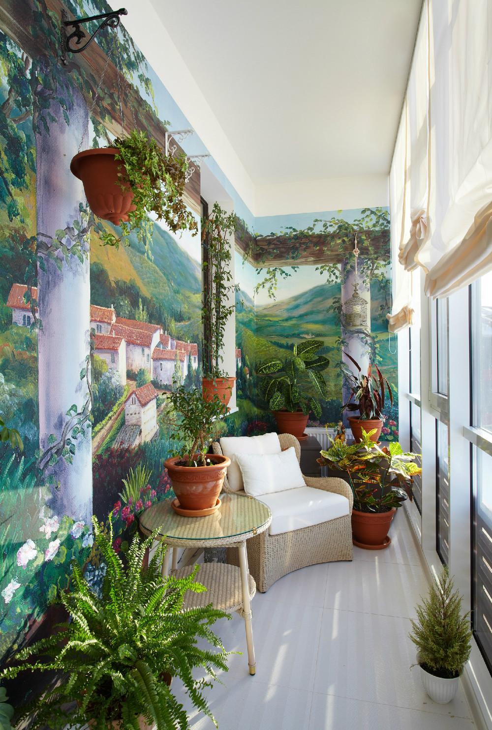Оформления балкона цветами и необычной росписью