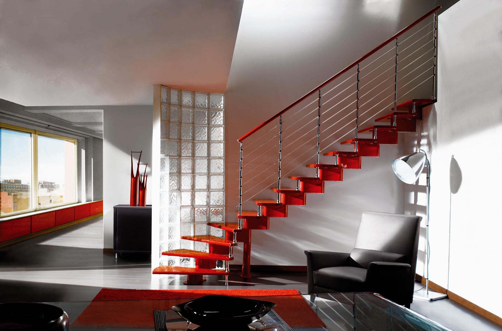 Красная маршевая лестница в гостиной