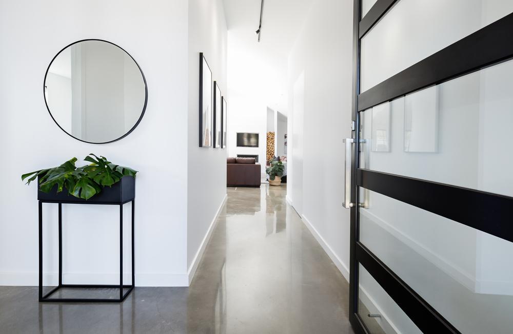 Глянцевый пол в коридоре