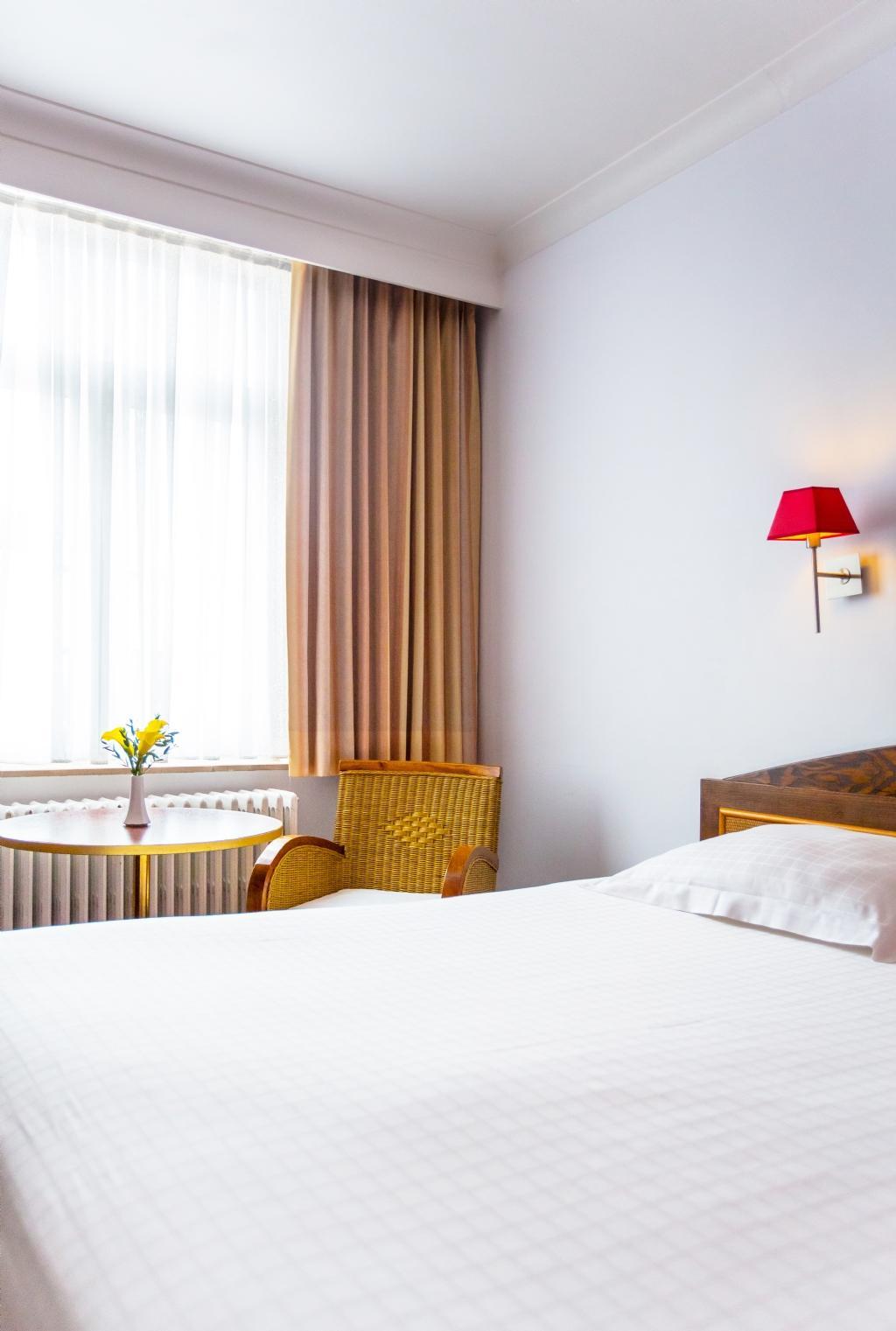 Дизайн спальни 18 кв м с бра
