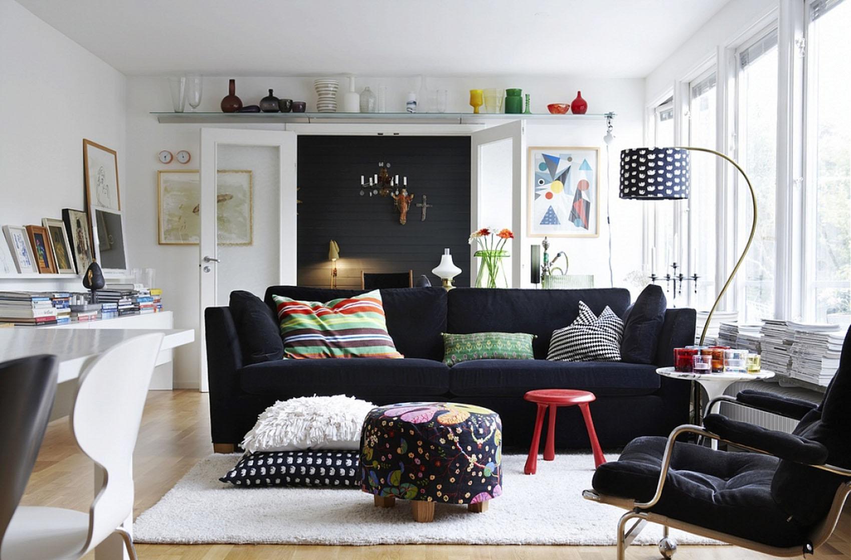 Красивая гостиная в скандинавском стиле в загородном доме
