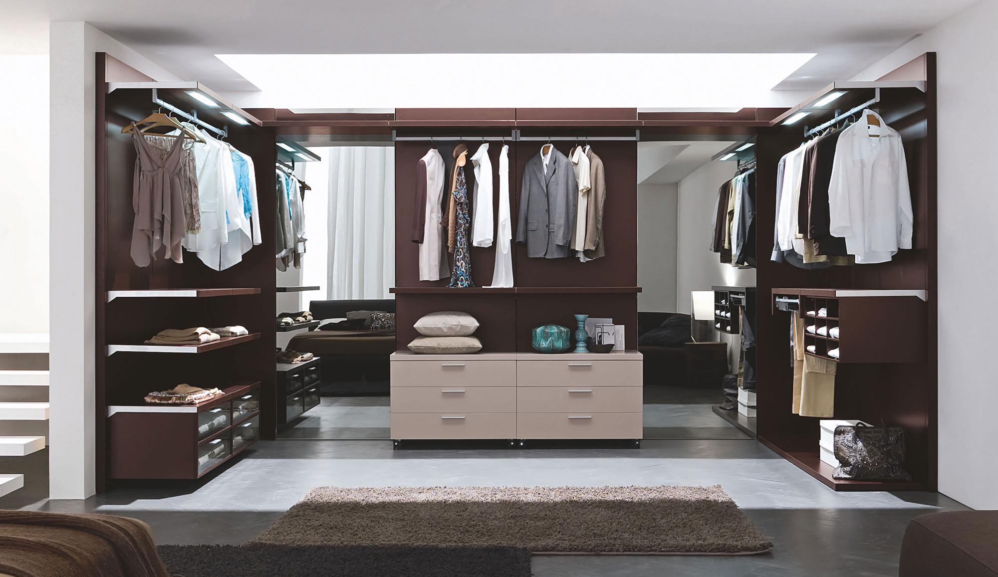 Большая открытая гардеробная