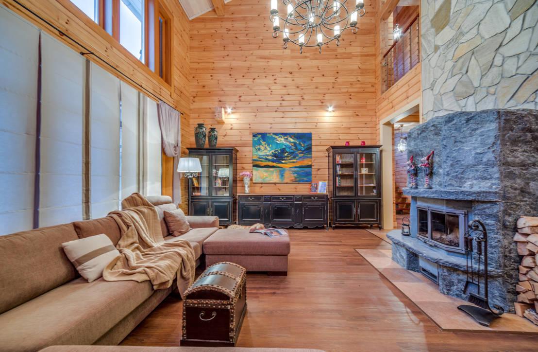 Просторный загородный деревянный дом