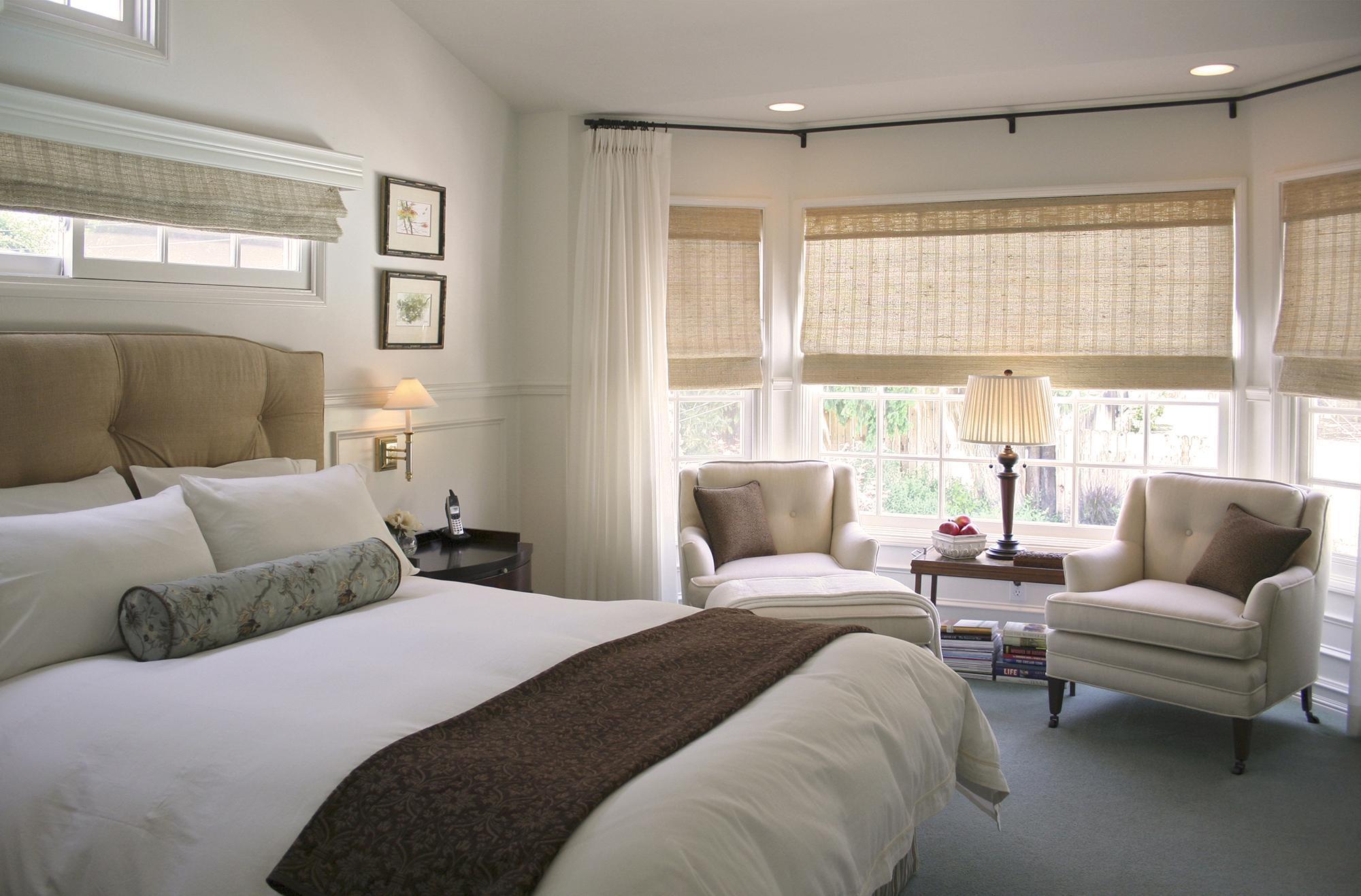 Светло-бежевые римские шторы в дизайне спальни