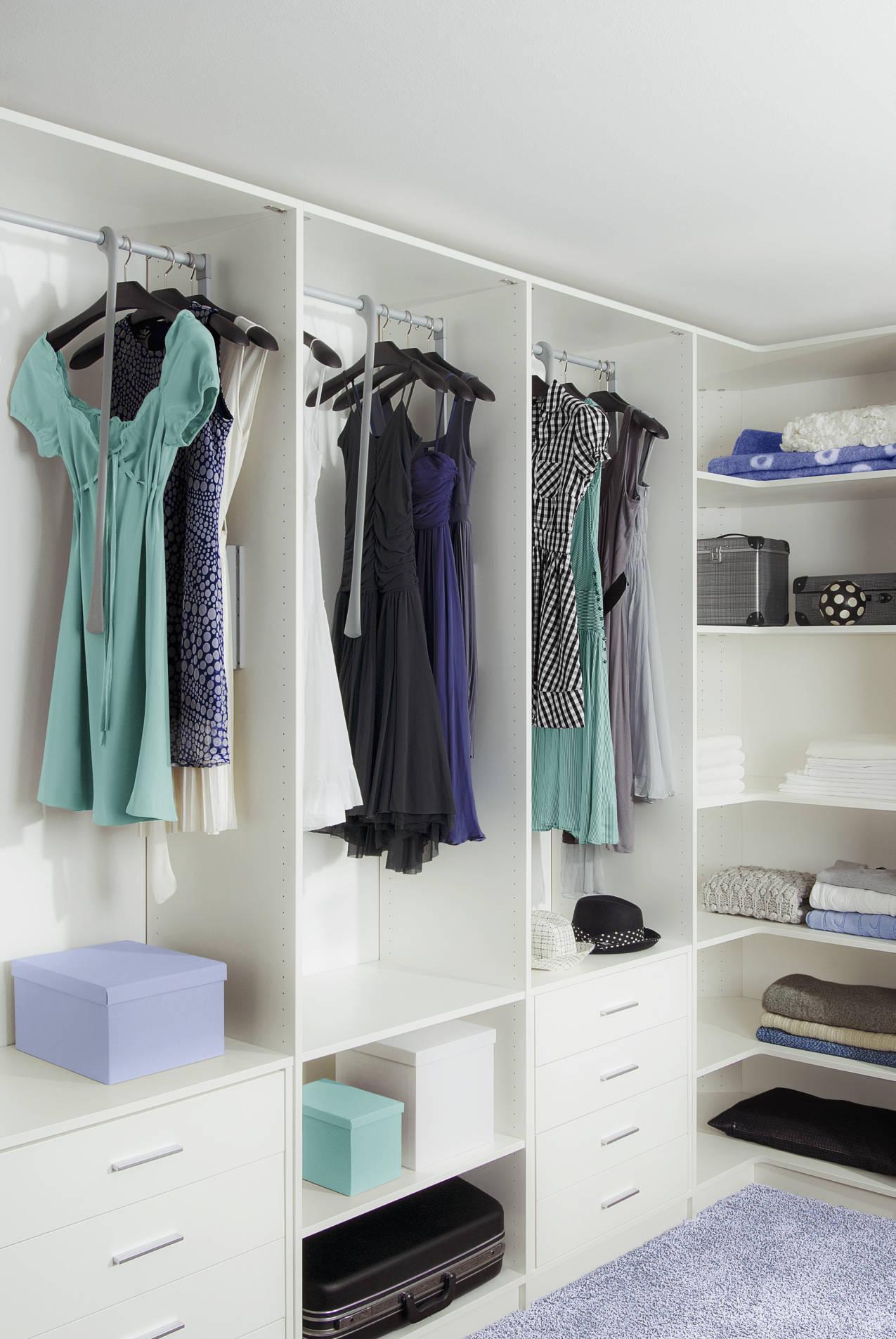 Красивая белая гардеробная комната