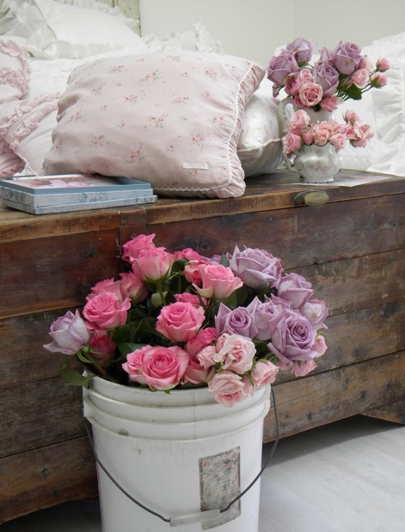 Живые розы в интерьере спальни