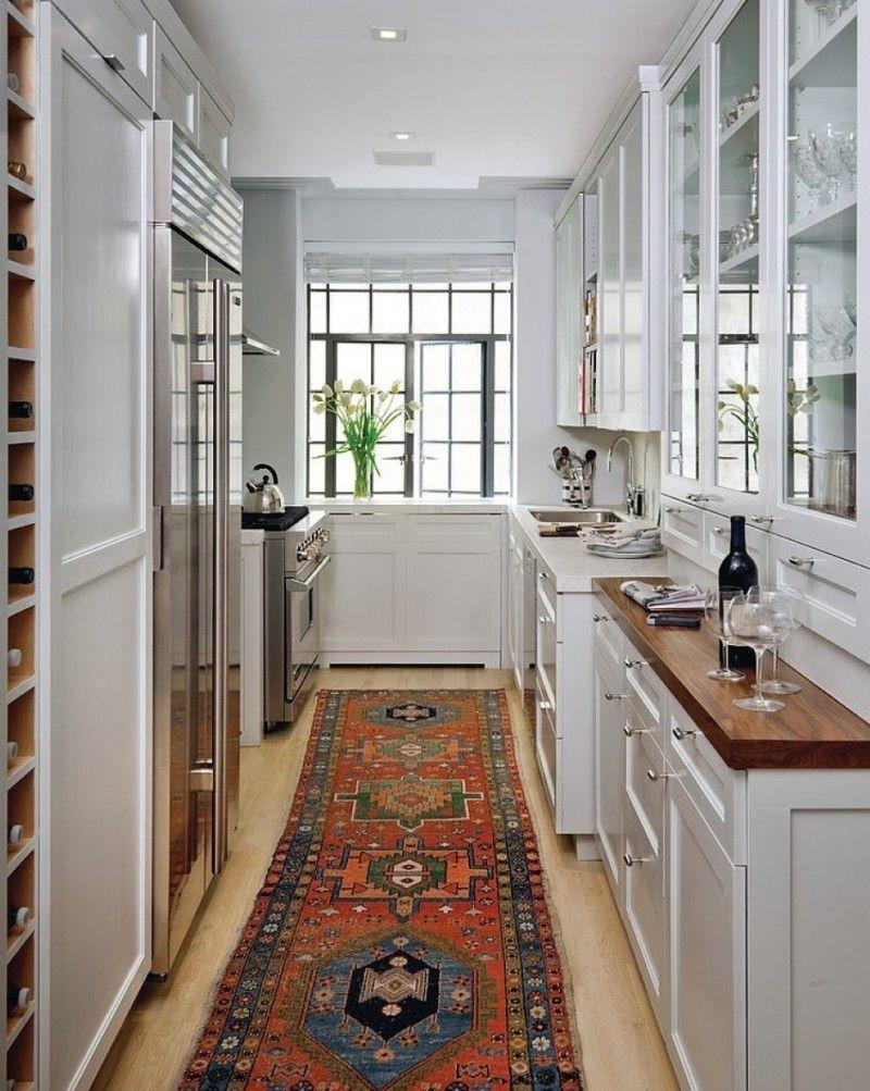 Узкая светлая кухня с красивым ковром
