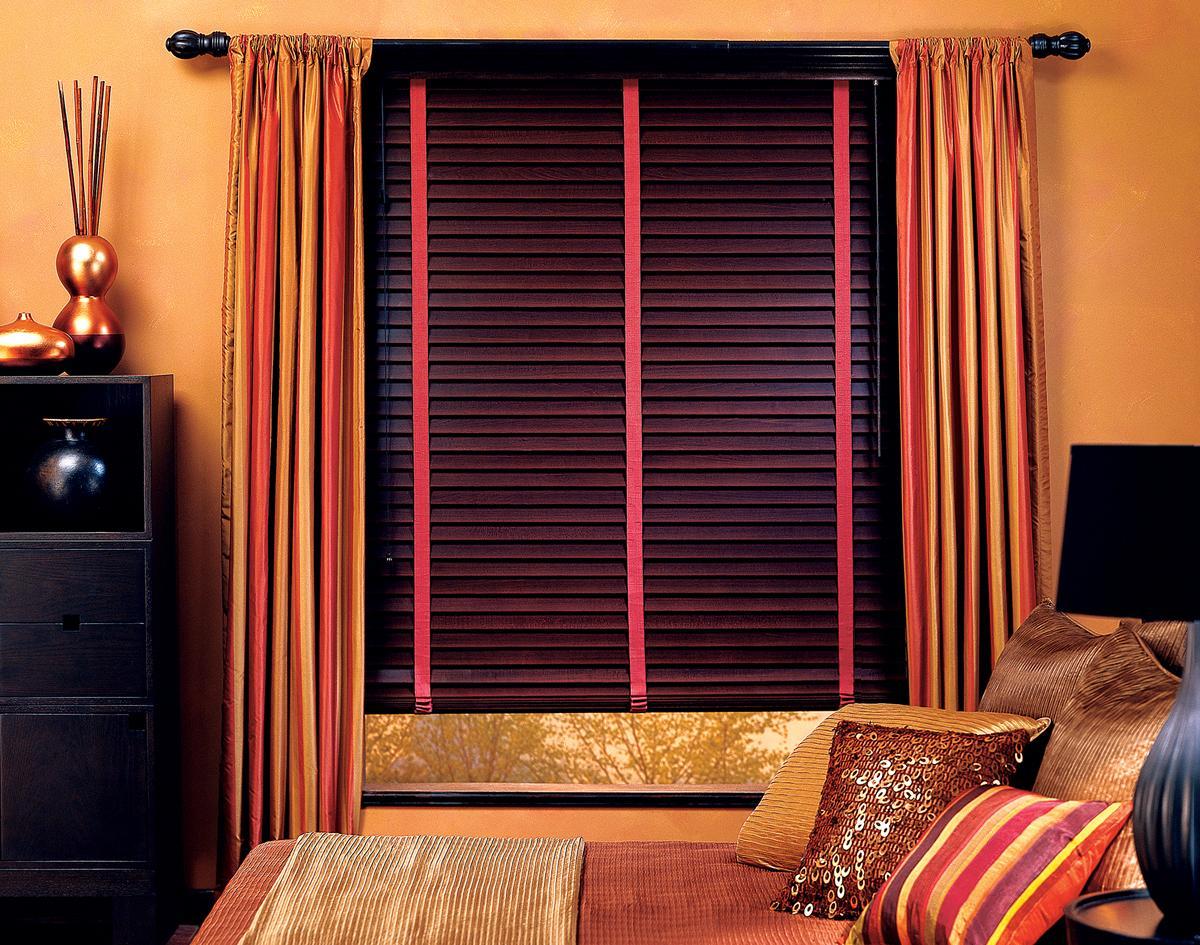 Горизонтальные деревянные жалюзи в спальне