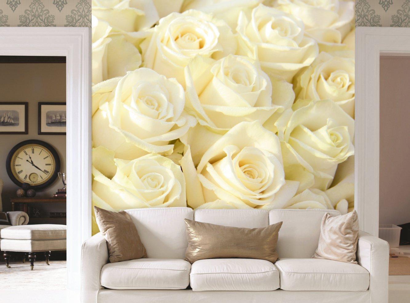 Кремовые розы в гостиной