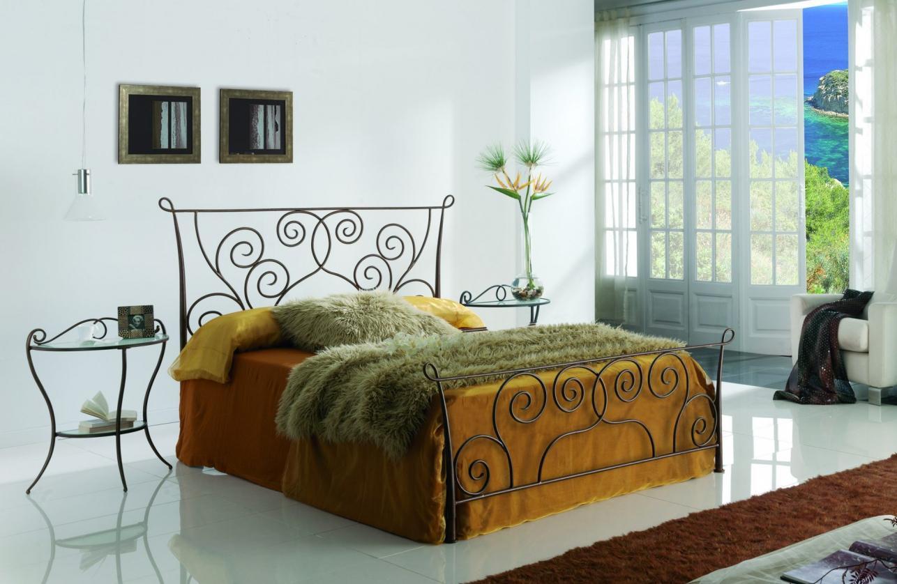 Узорчатая кровать из металла