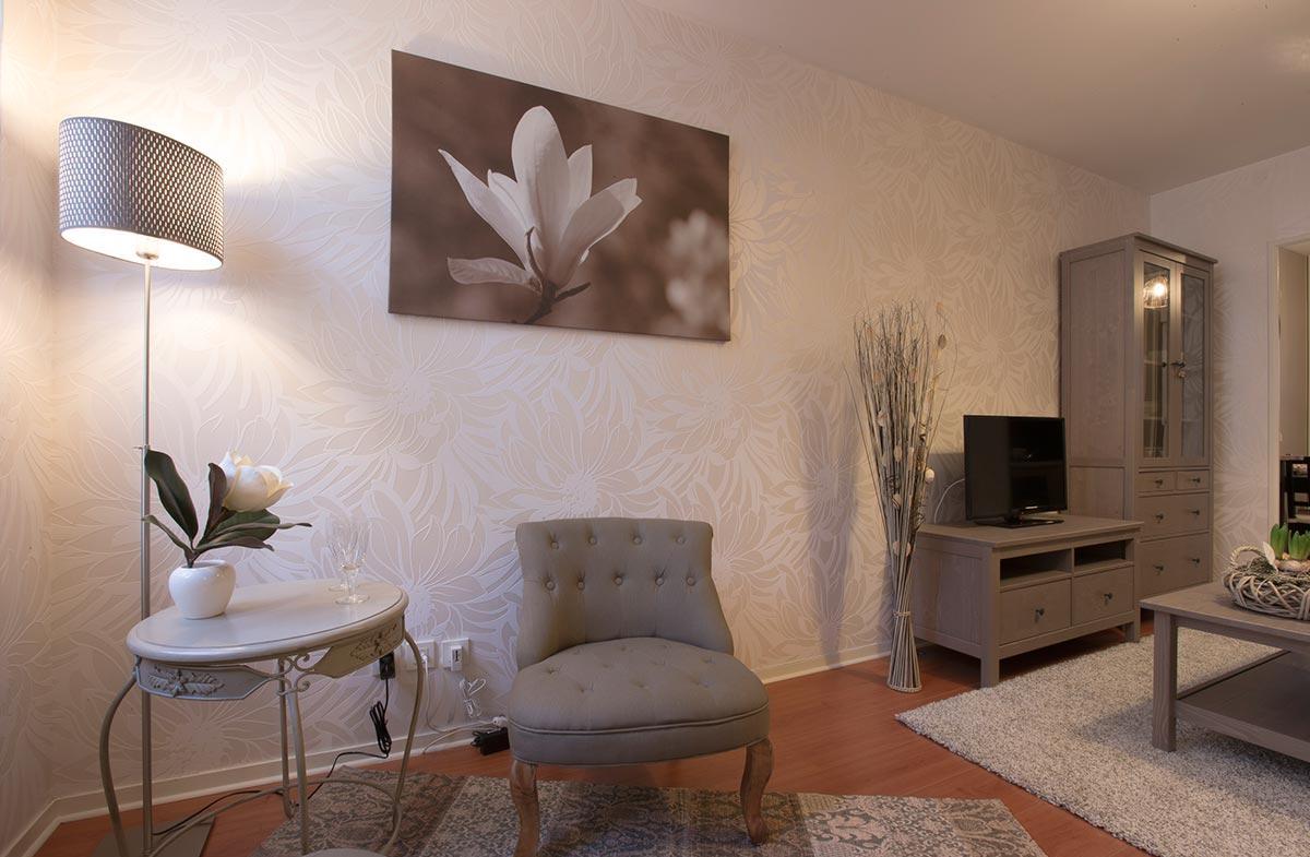 Обстановка однокомнатной квартиры и декор обоями