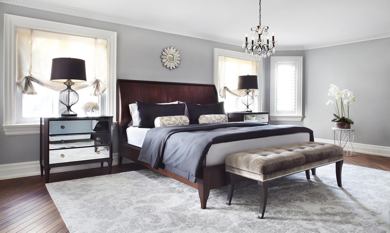 Серые стены в коричнево-белой спальне
