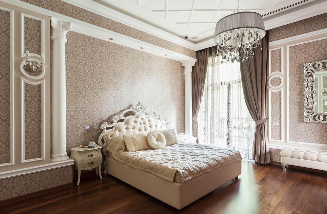 Классическая коричнево-белая спальня