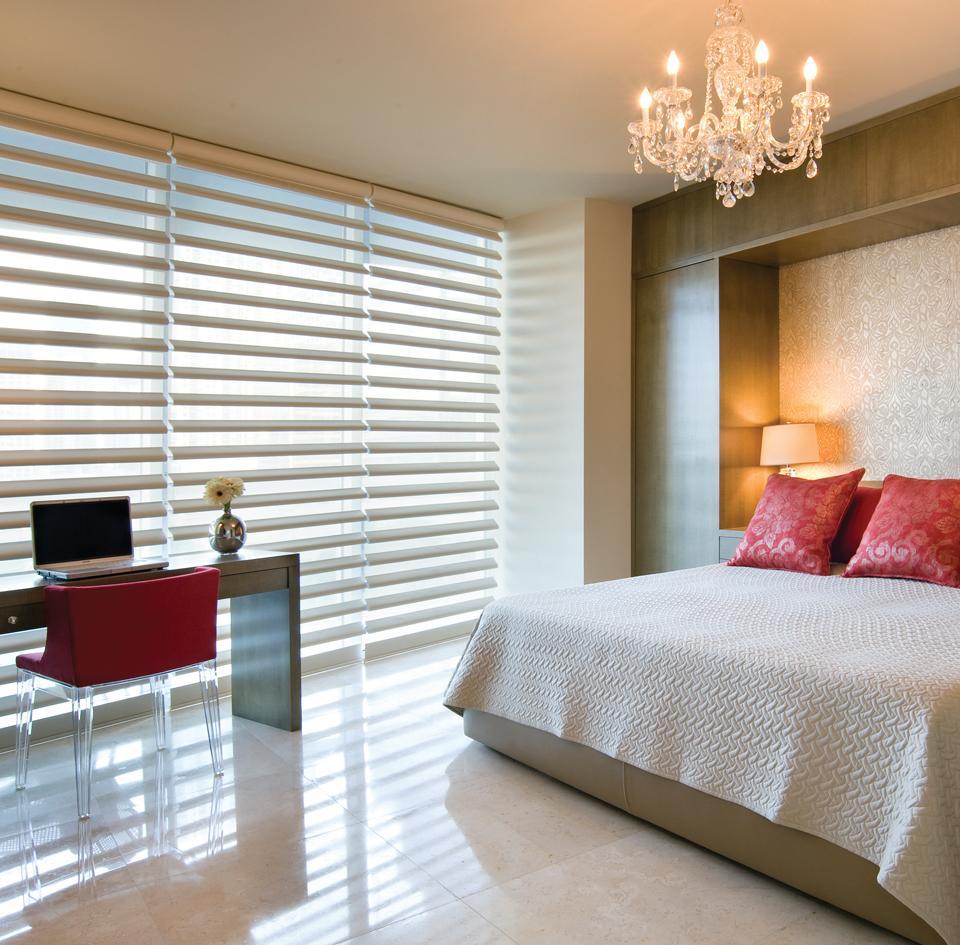 Пластиковые белые жалюзи в дизайне спальни
