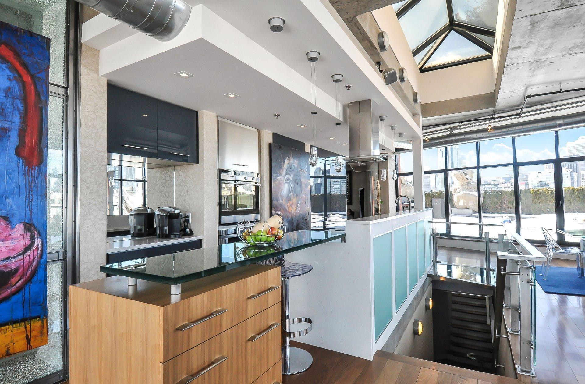 Кухонный гарнитур между столовой и гостиной