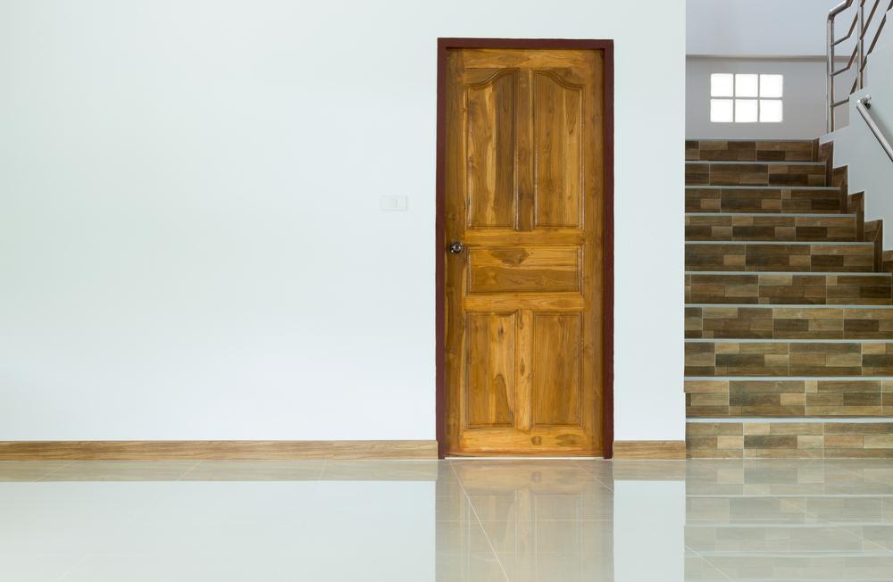 Бежевый пол и коричневые двери