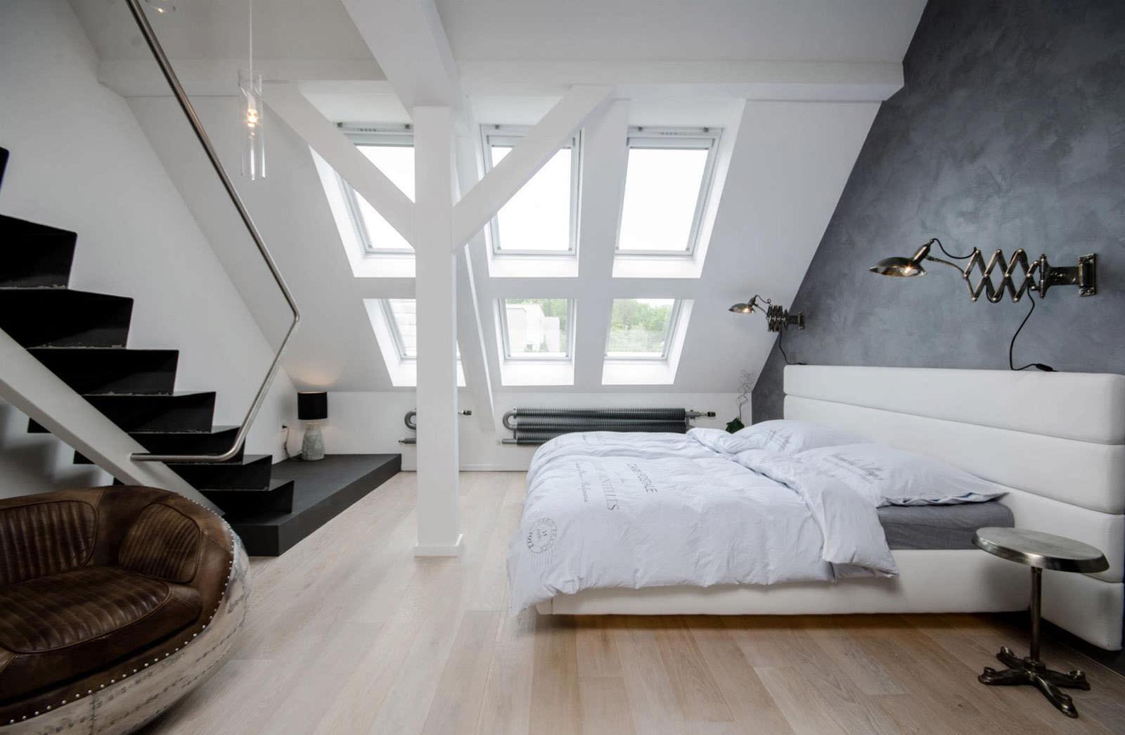 Черно-белая мансардная спальня в стиле минимализм