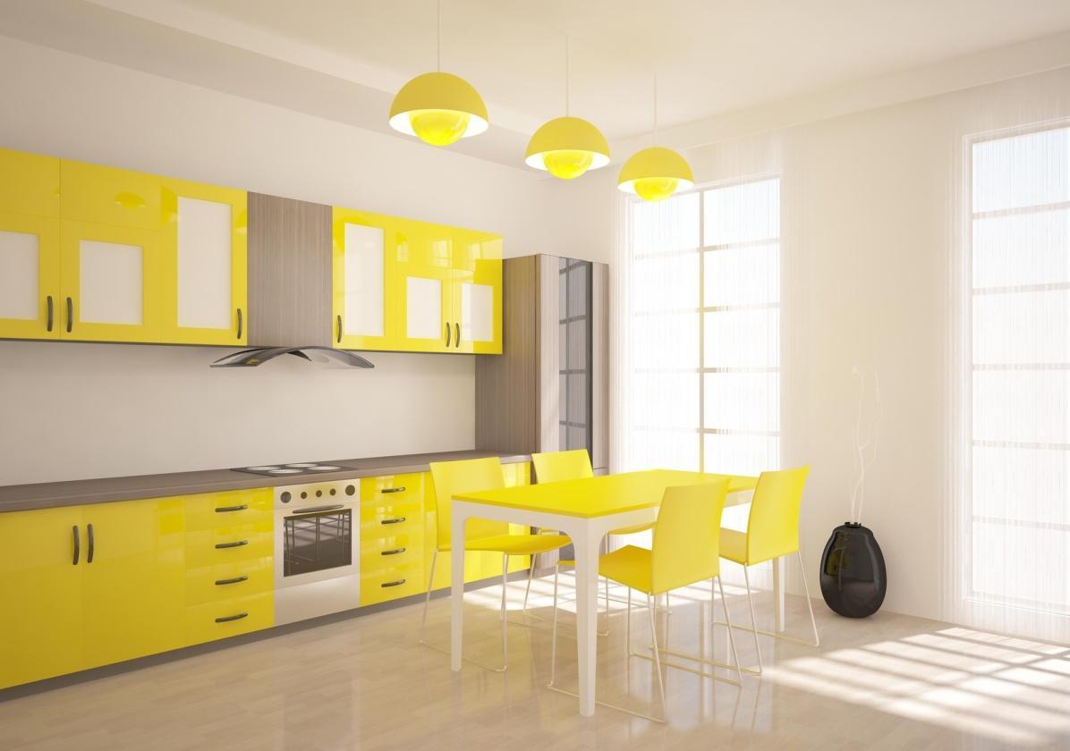 Желтые стулья, обеденный стол и кухонный гарнитур