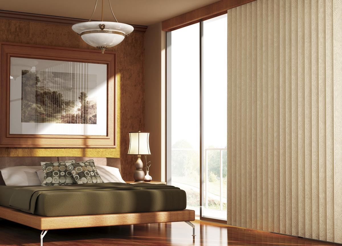 Вертикальные жалюзи с узором в спальне