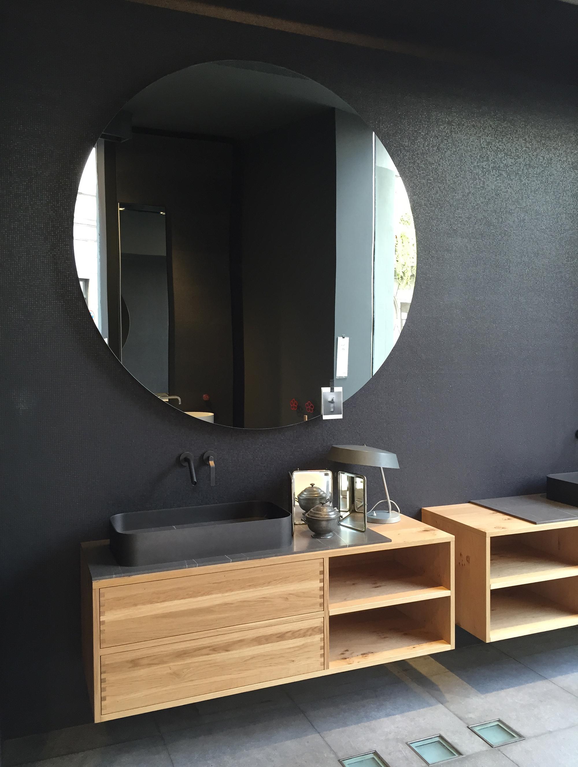 Большое круглое зеркало в ванной