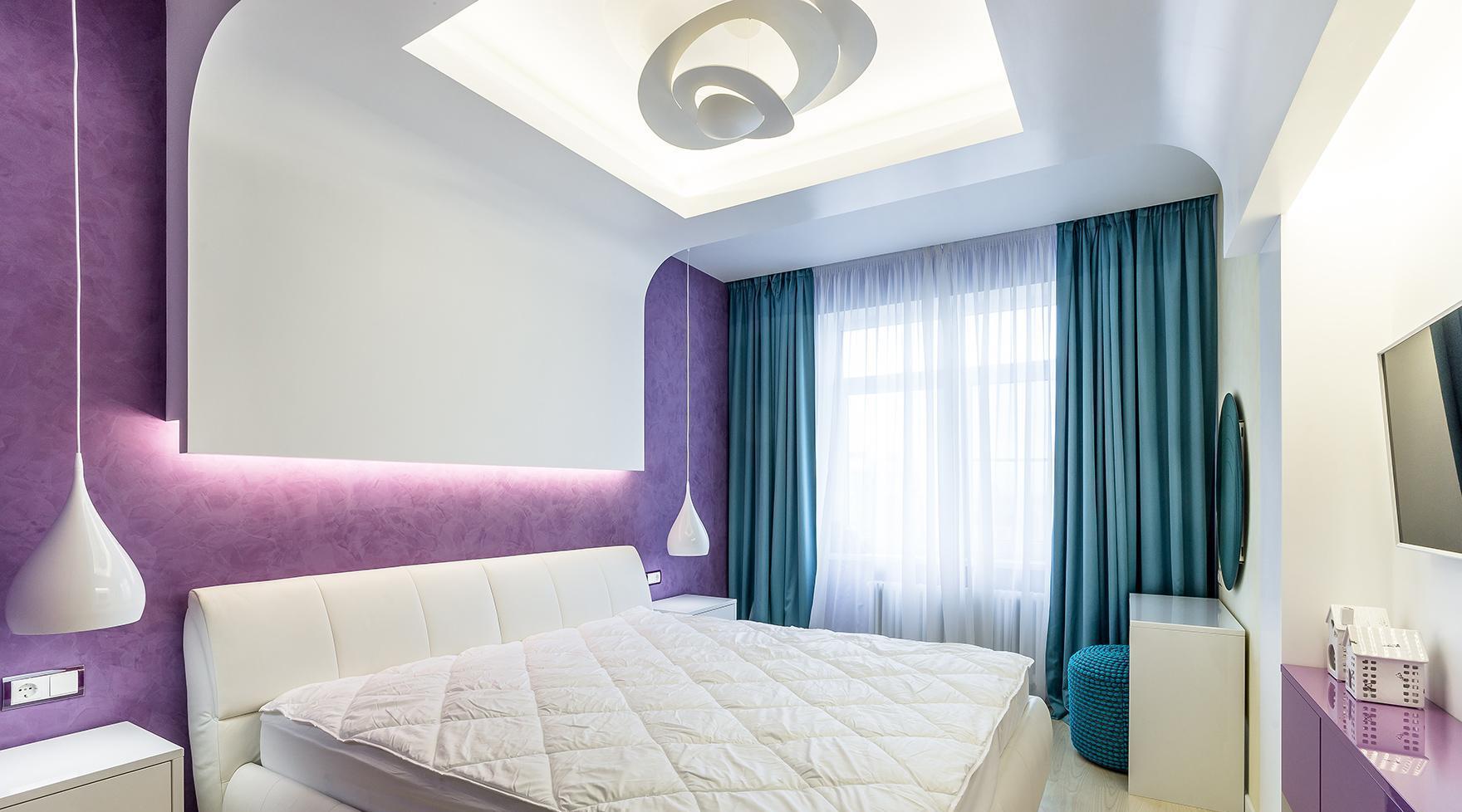 Бело-фиолетовая спальня с изумрудными шторами