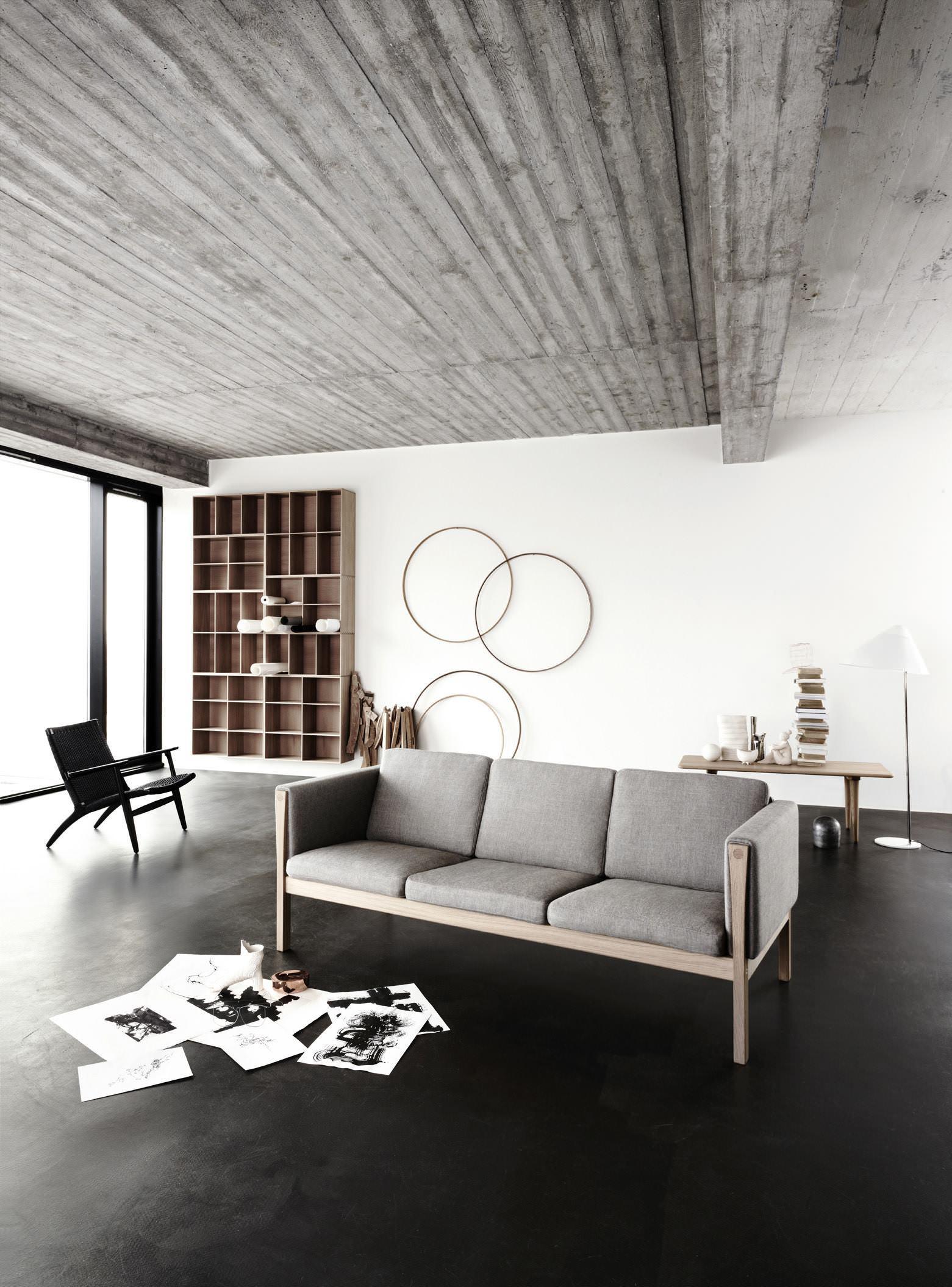 Черный пол с белыми стенами и серым потолком