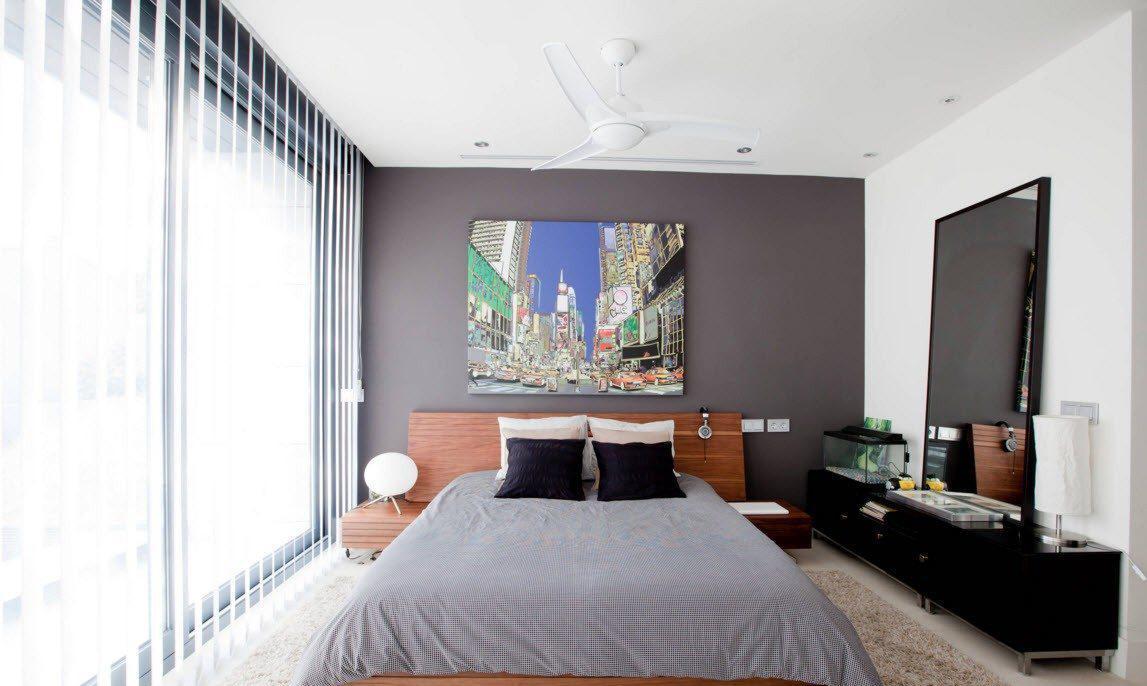 Вертикальные белые жалюзи в интерьере спальни
