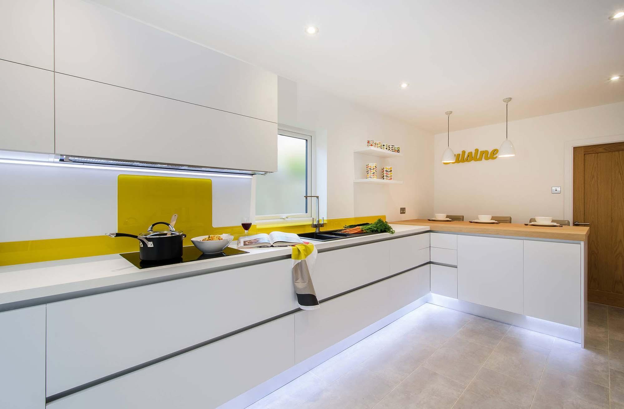 Бело-желтый фартук на кухне