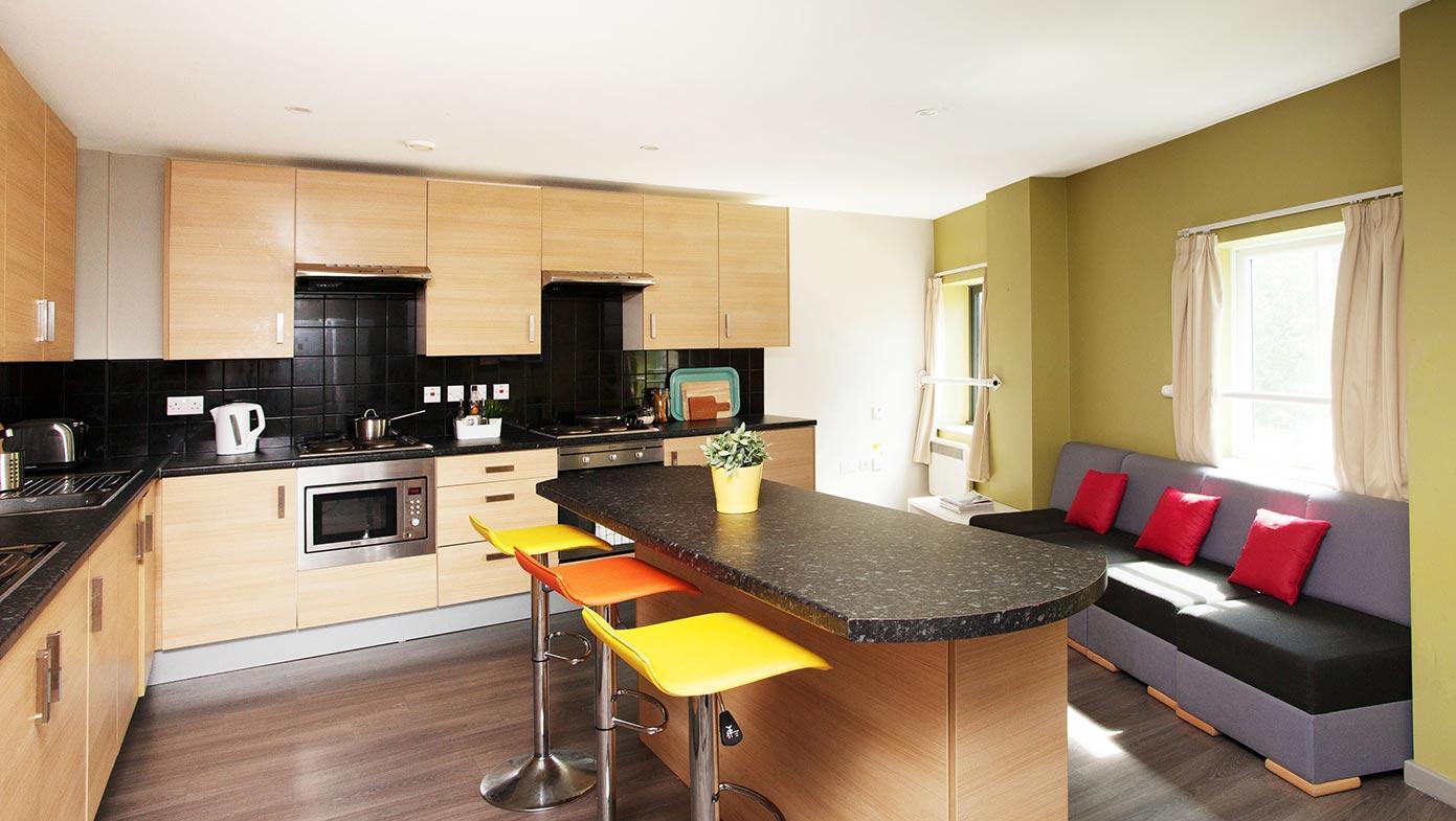 Кухня с диваном модульным