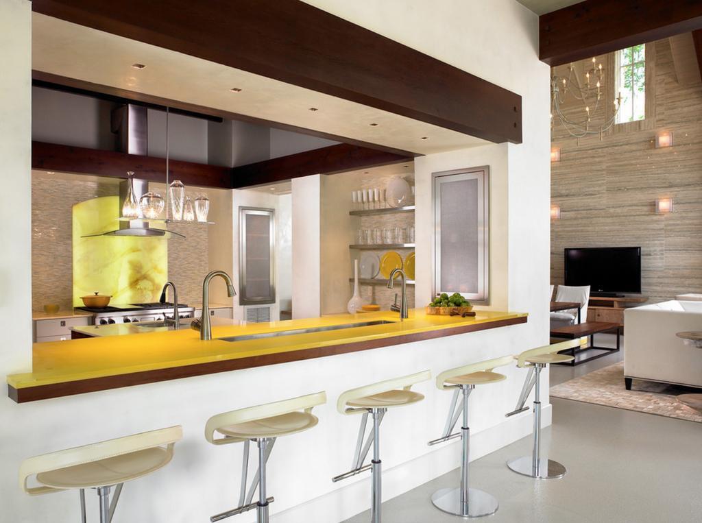 Желтая столешница в бежево-коричневой кухне