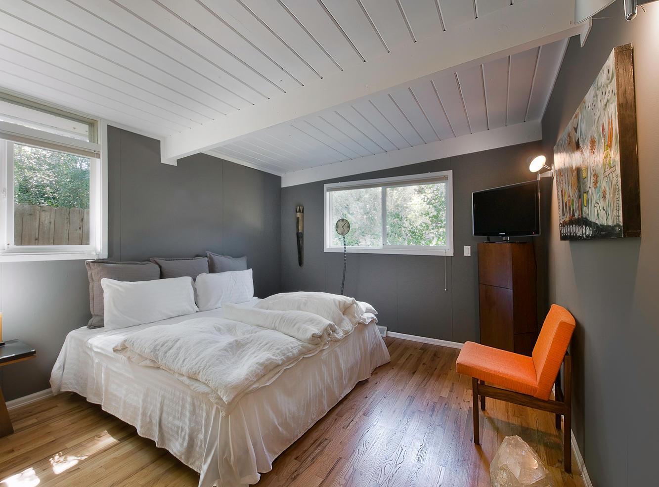 Спальня с серыми стенами в скандинавском стиле