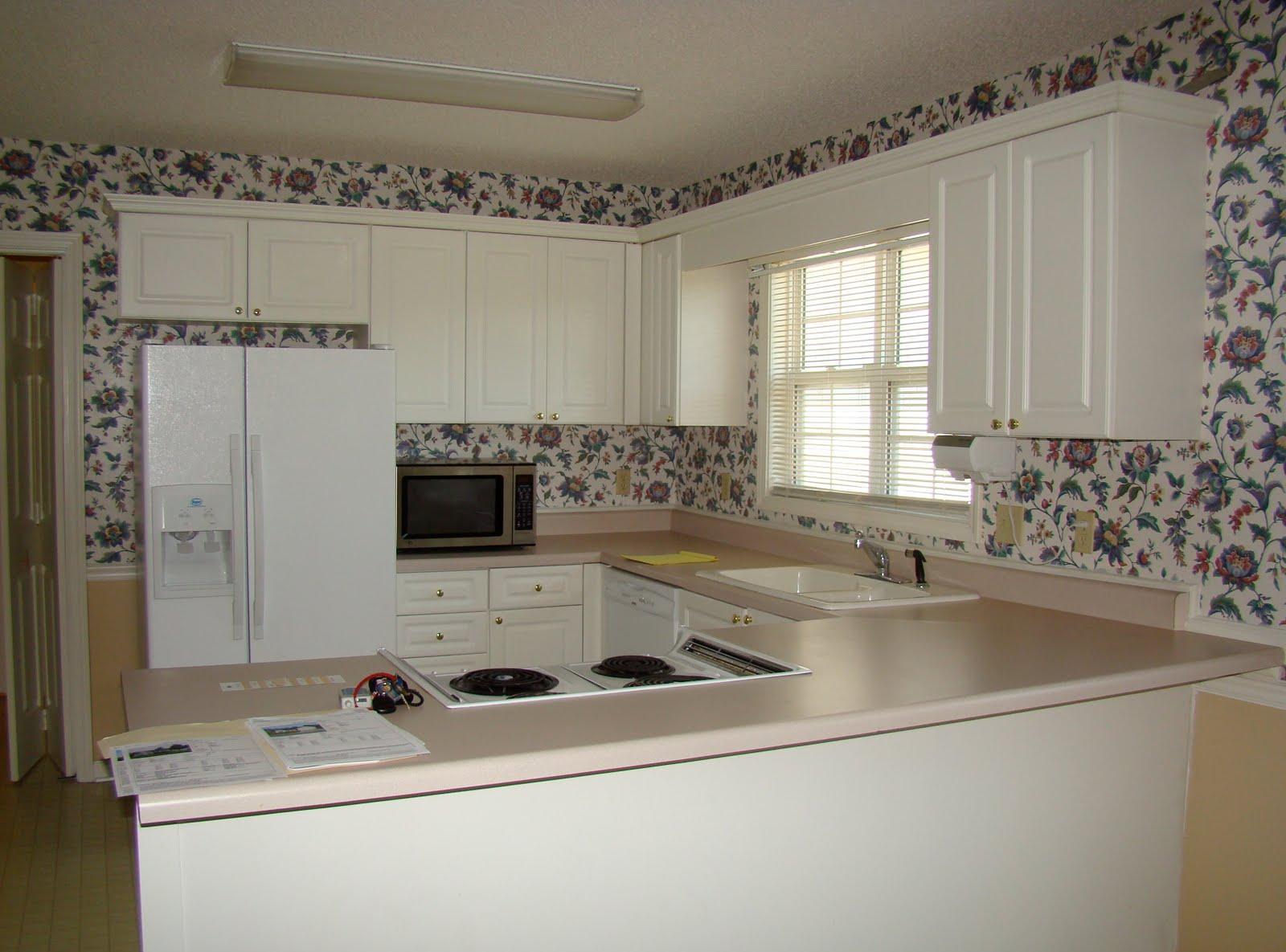 Цветочные виниловые обои на кухне
