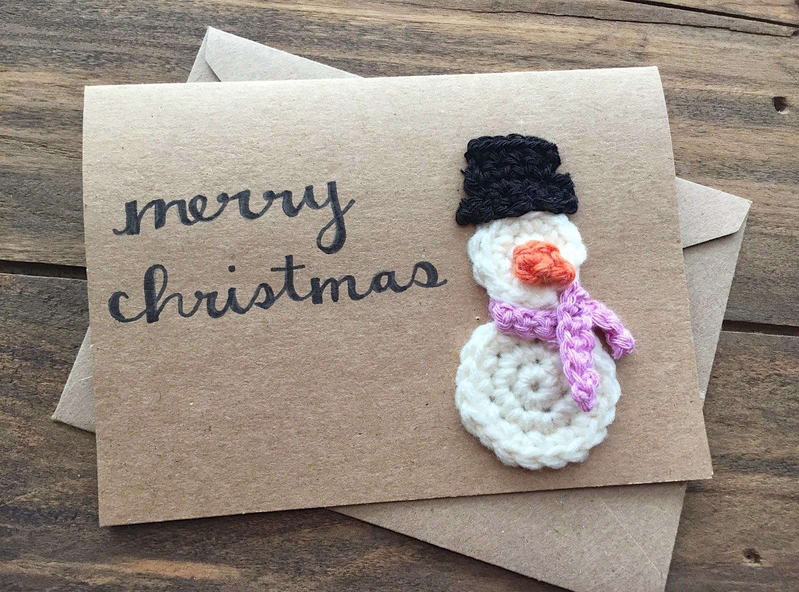 Новогодняя открытка с вязаным снеговиком