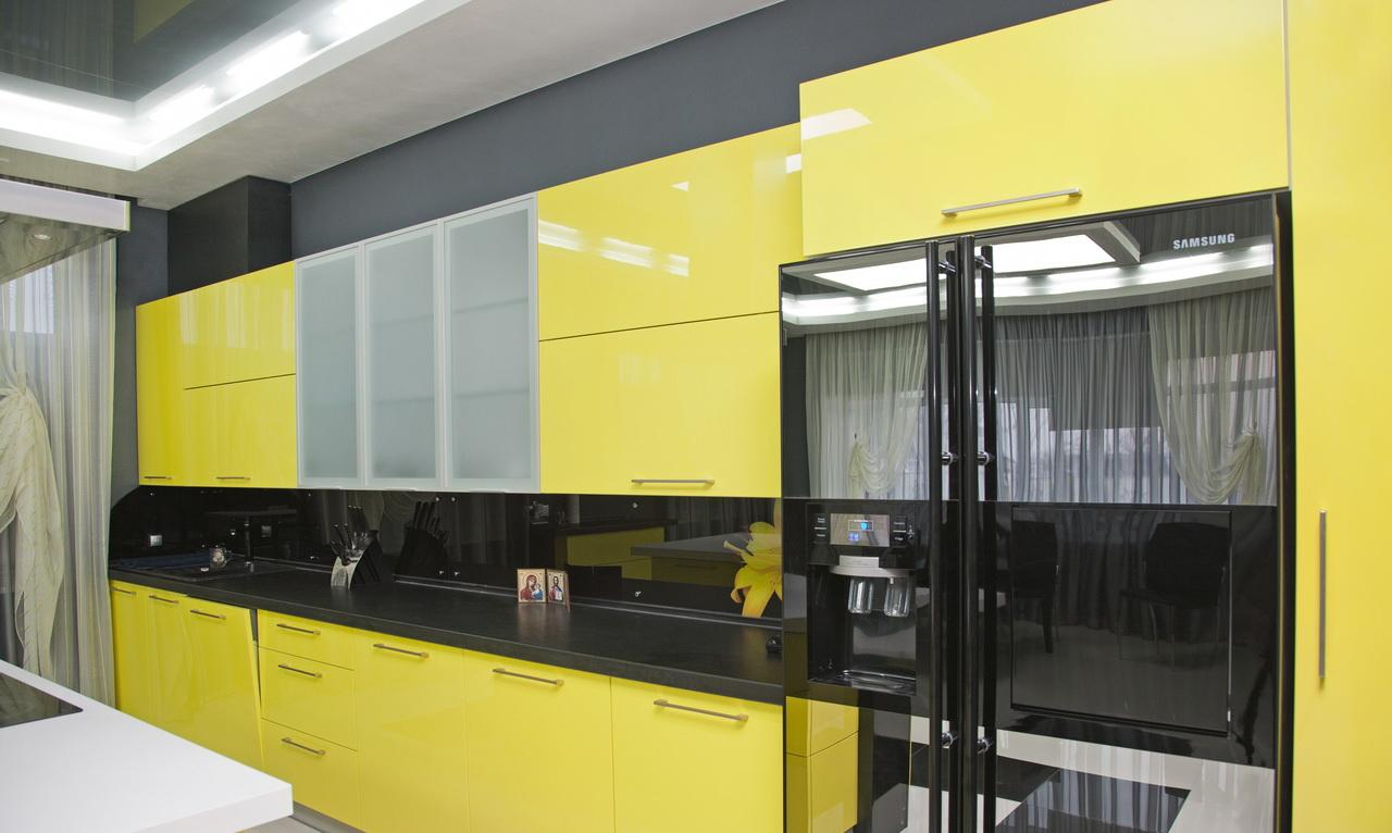 Стильный черно-желтый гарнитур в кухне