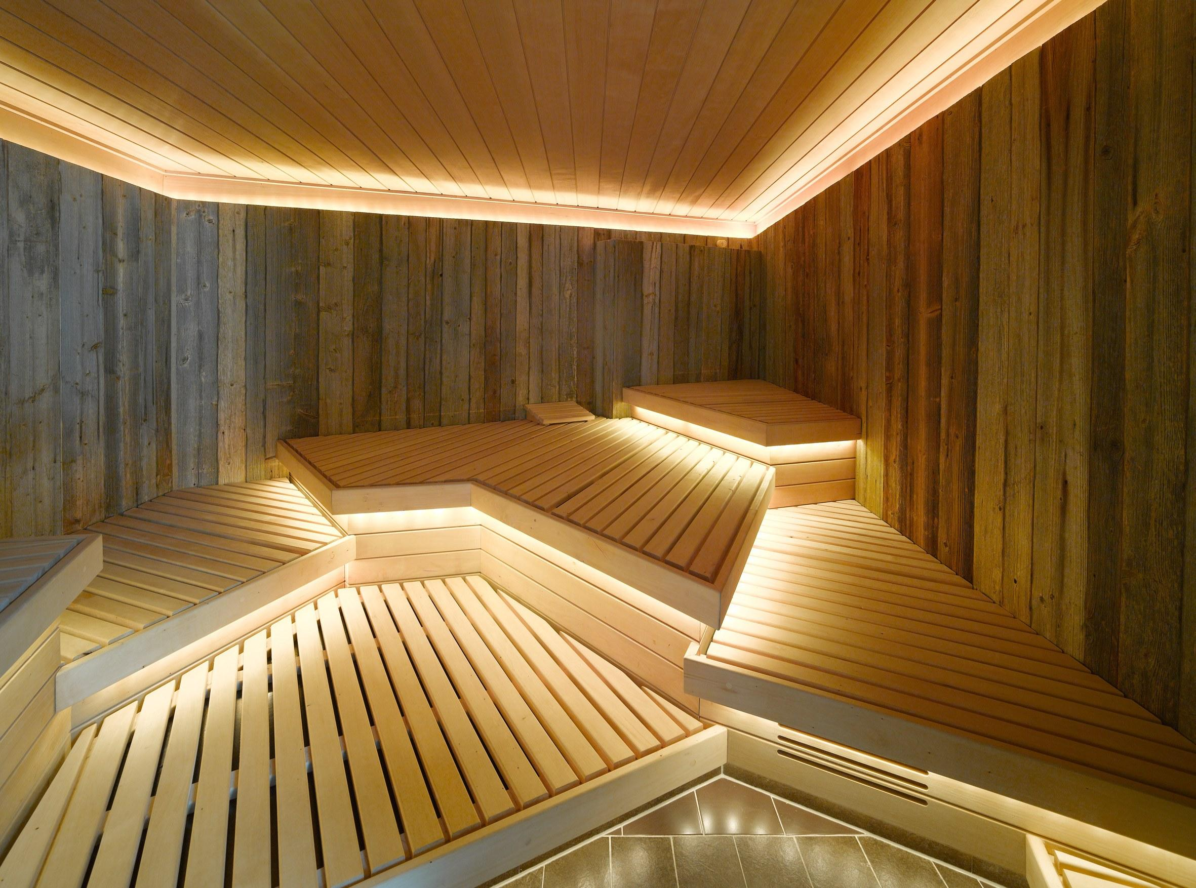 Полки необычной формы в бане