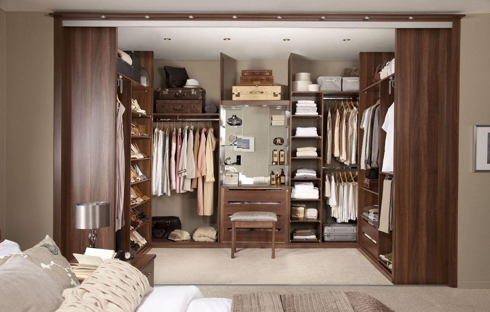 Просторная гардеробная в спальне