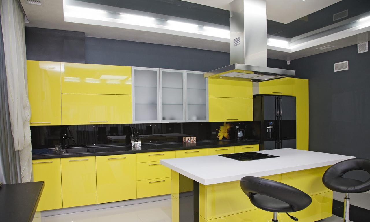 Желтый, черный и белый цвета в интерьере кухни с островом