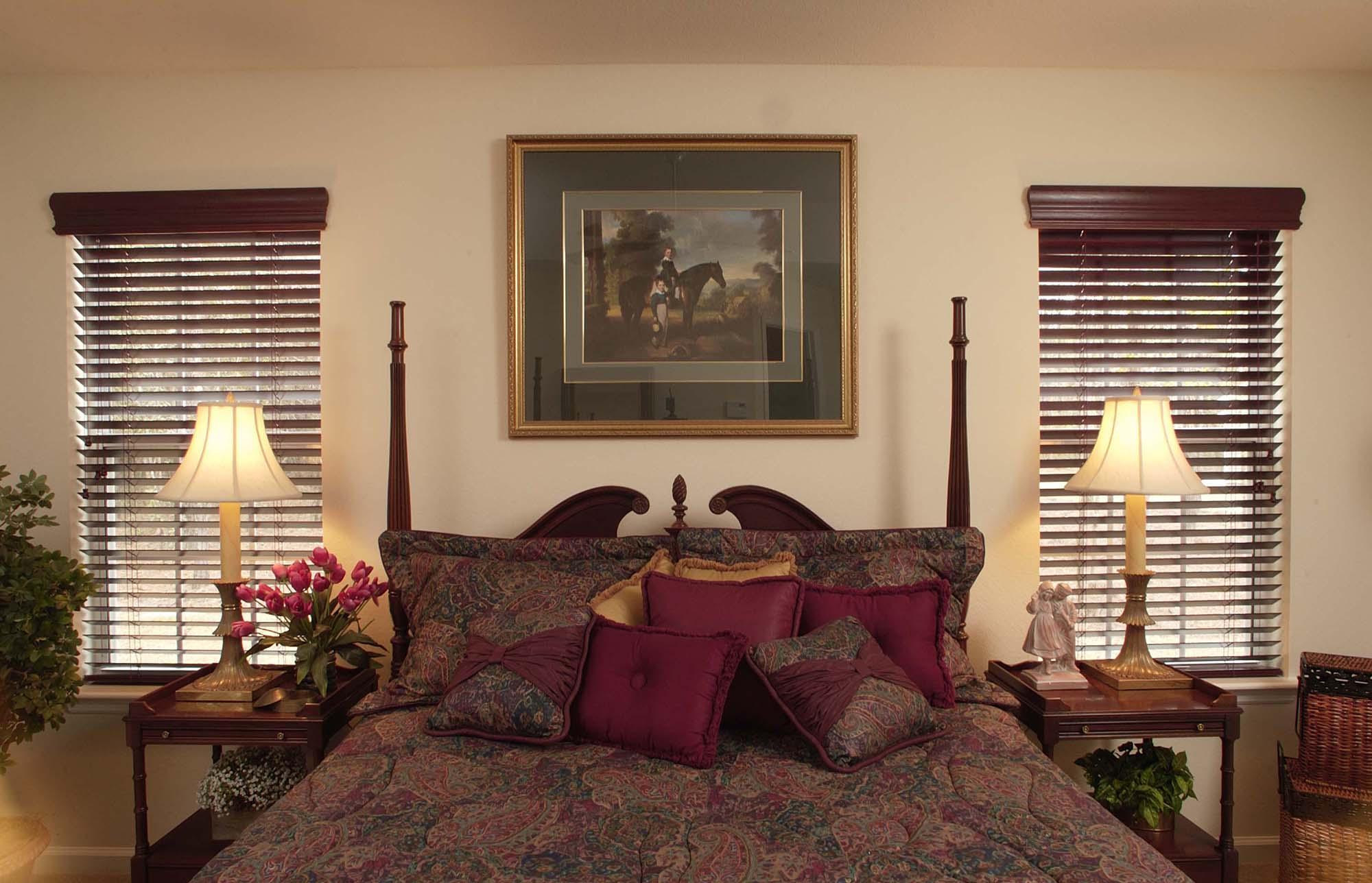 Горизонтальные коричневые жалюзи в интерьере спальни