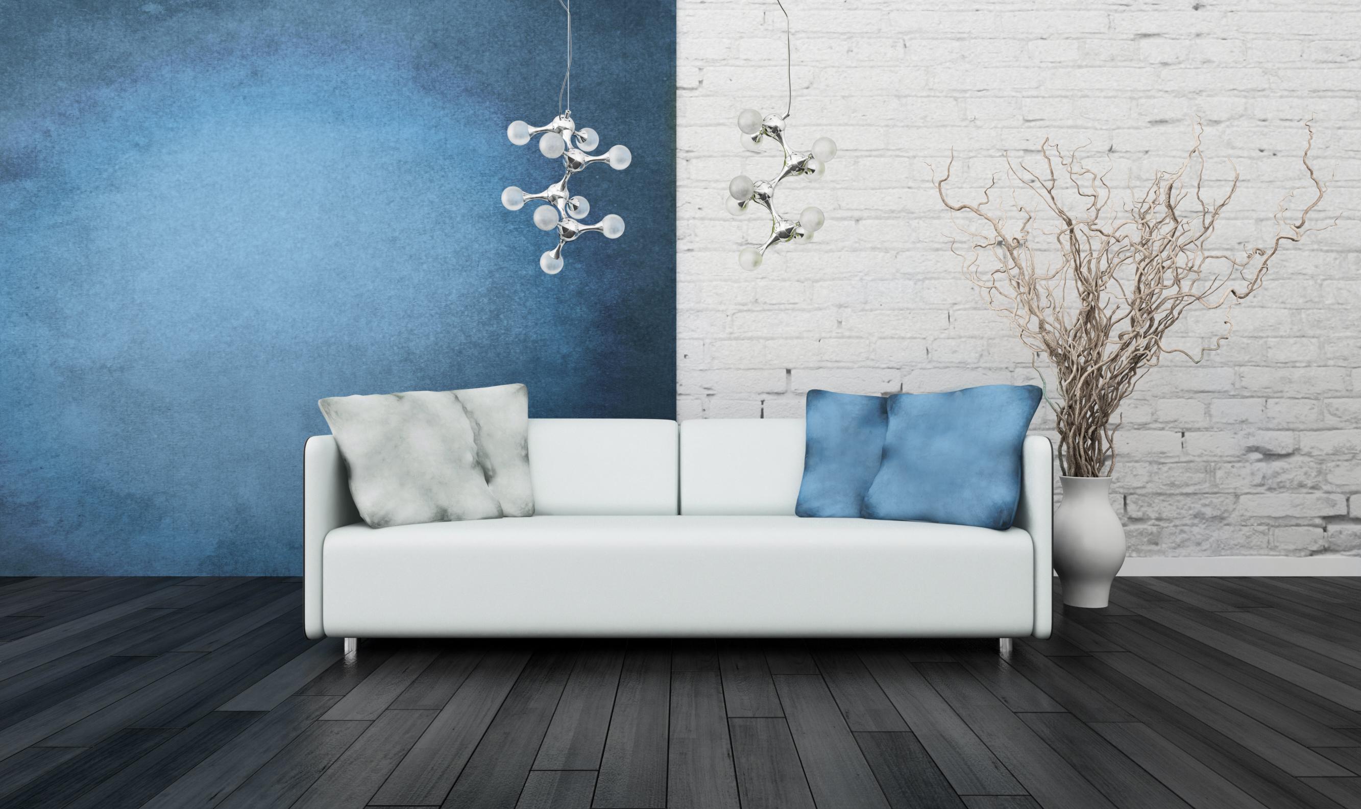 Темно серый пол с голубыми и белыми стенами
