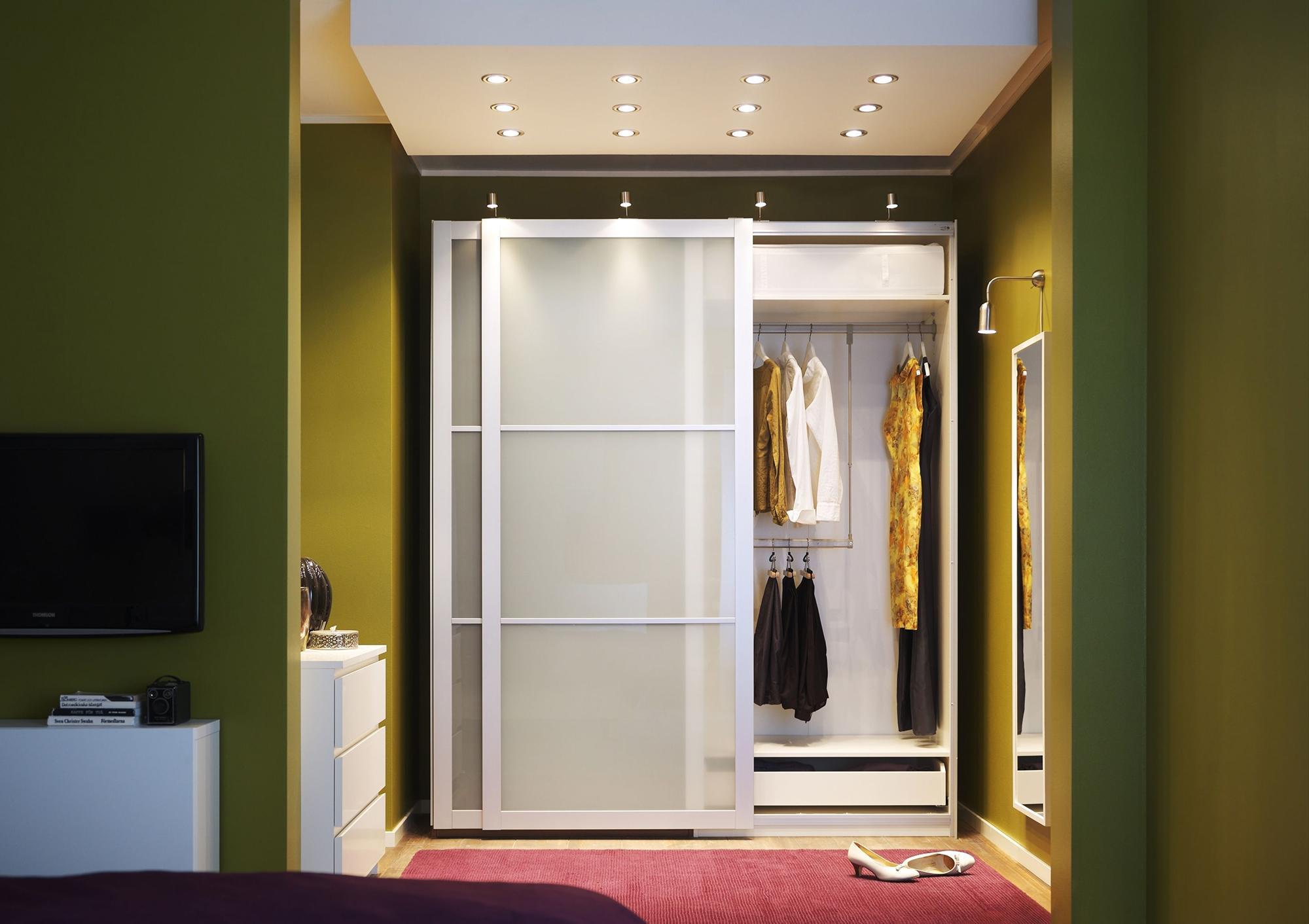 Узкое зеркало напротив входной двери в зеленой прихожей
