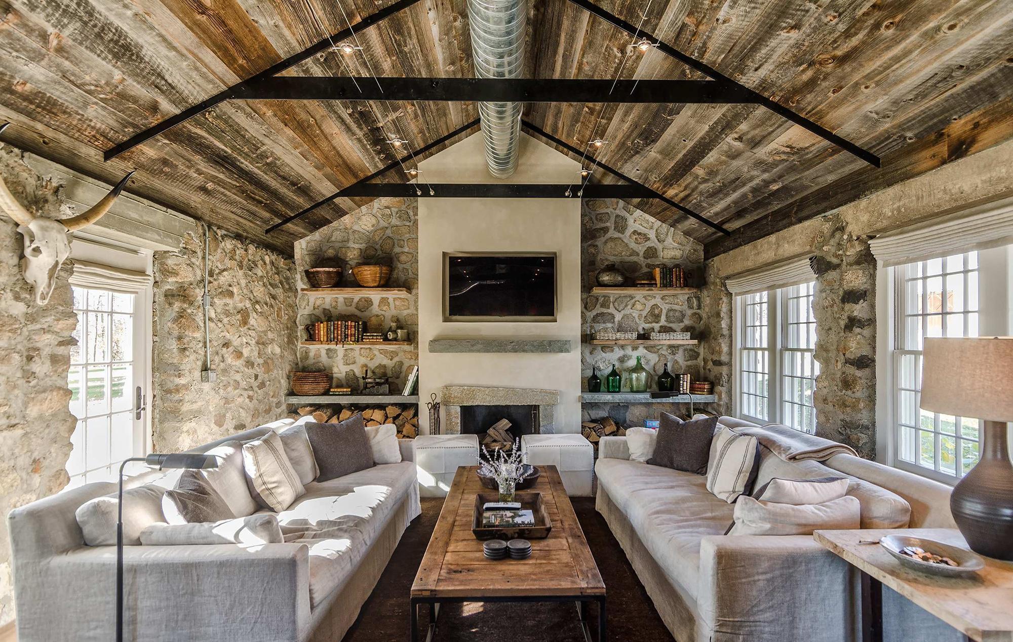 Небольшая гостиная в стиле кантри в доме