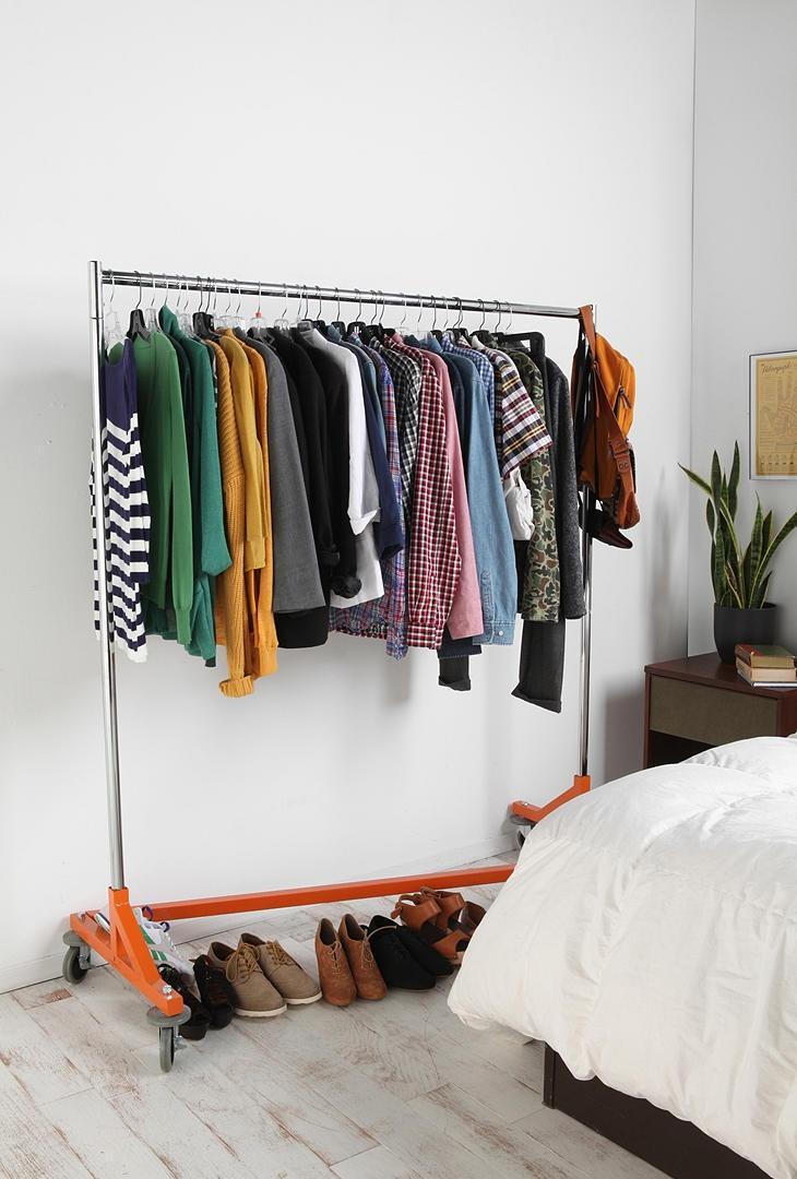 Напольная вместительная вешалка на колесиках в спальне
