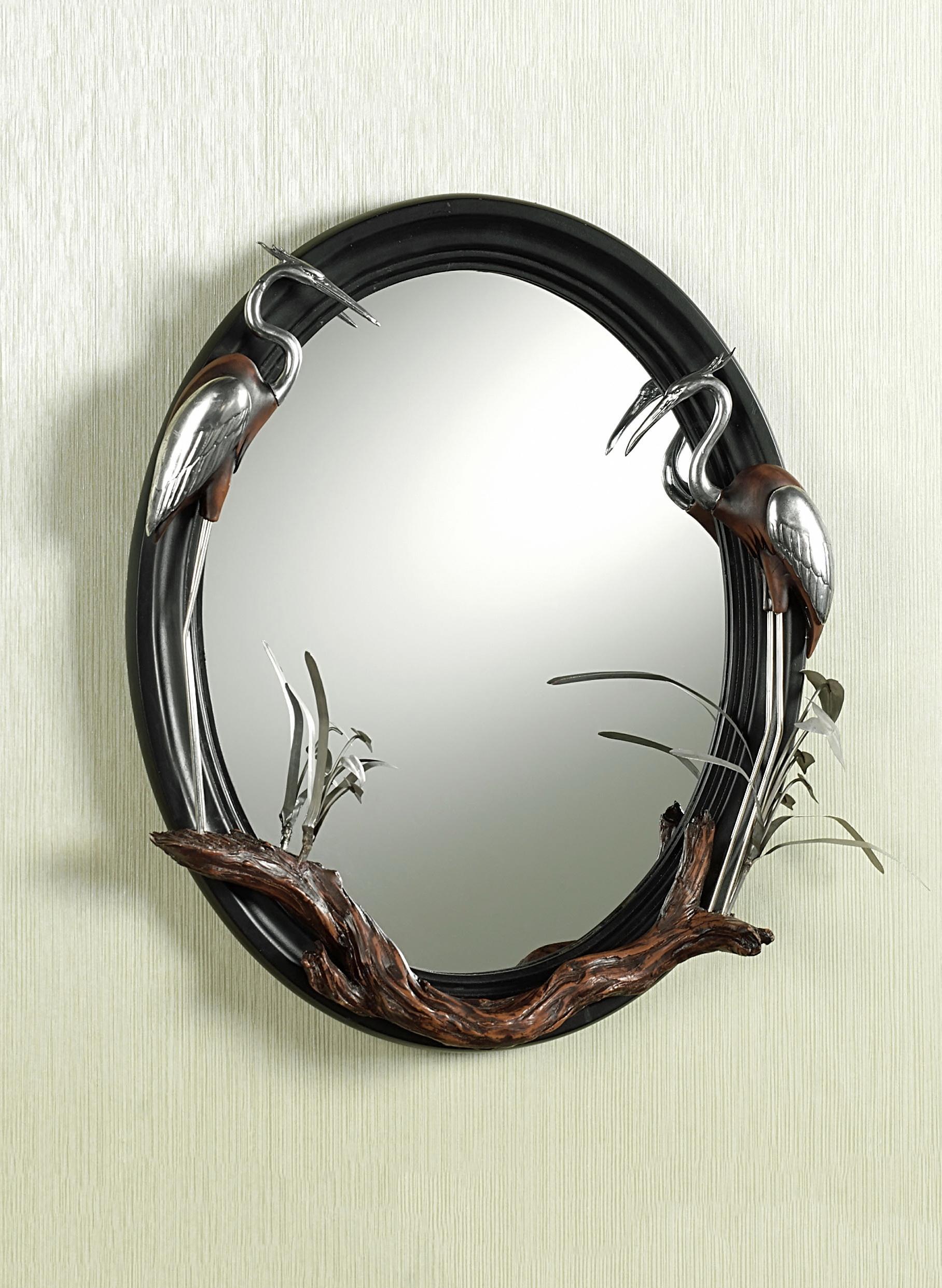 Красивое декорирование зеркала фигурками и деревом