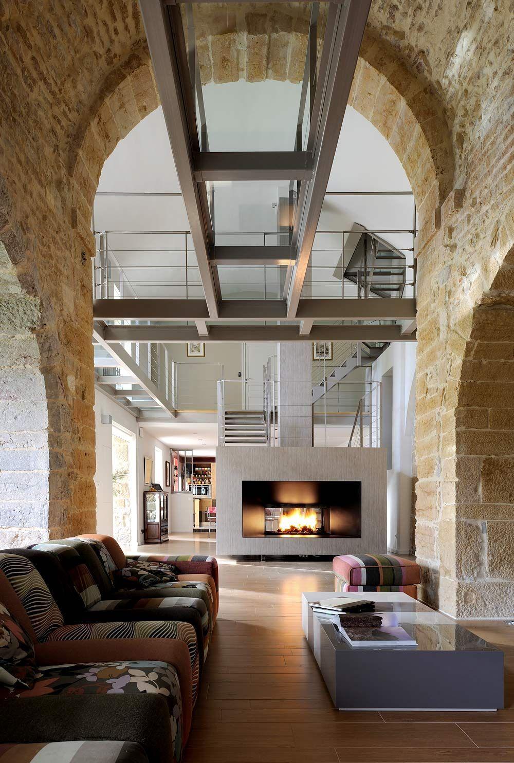 Итальянский стиль в интерьере с камином