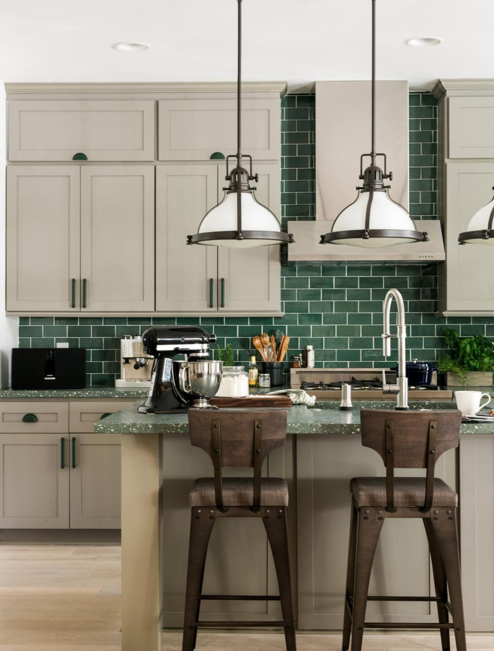 Кухня с бирюзовой плиткой в частном доме 2017
