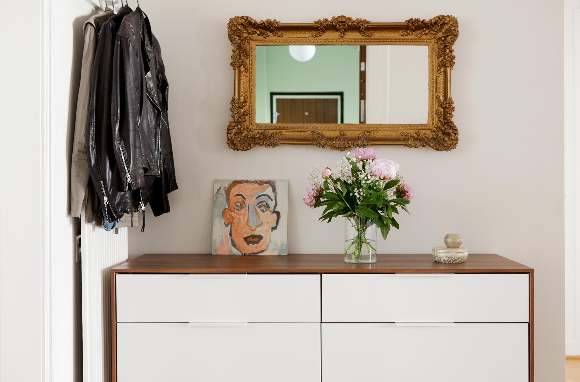 Горизонтальное зеркало в рамке в прихожей