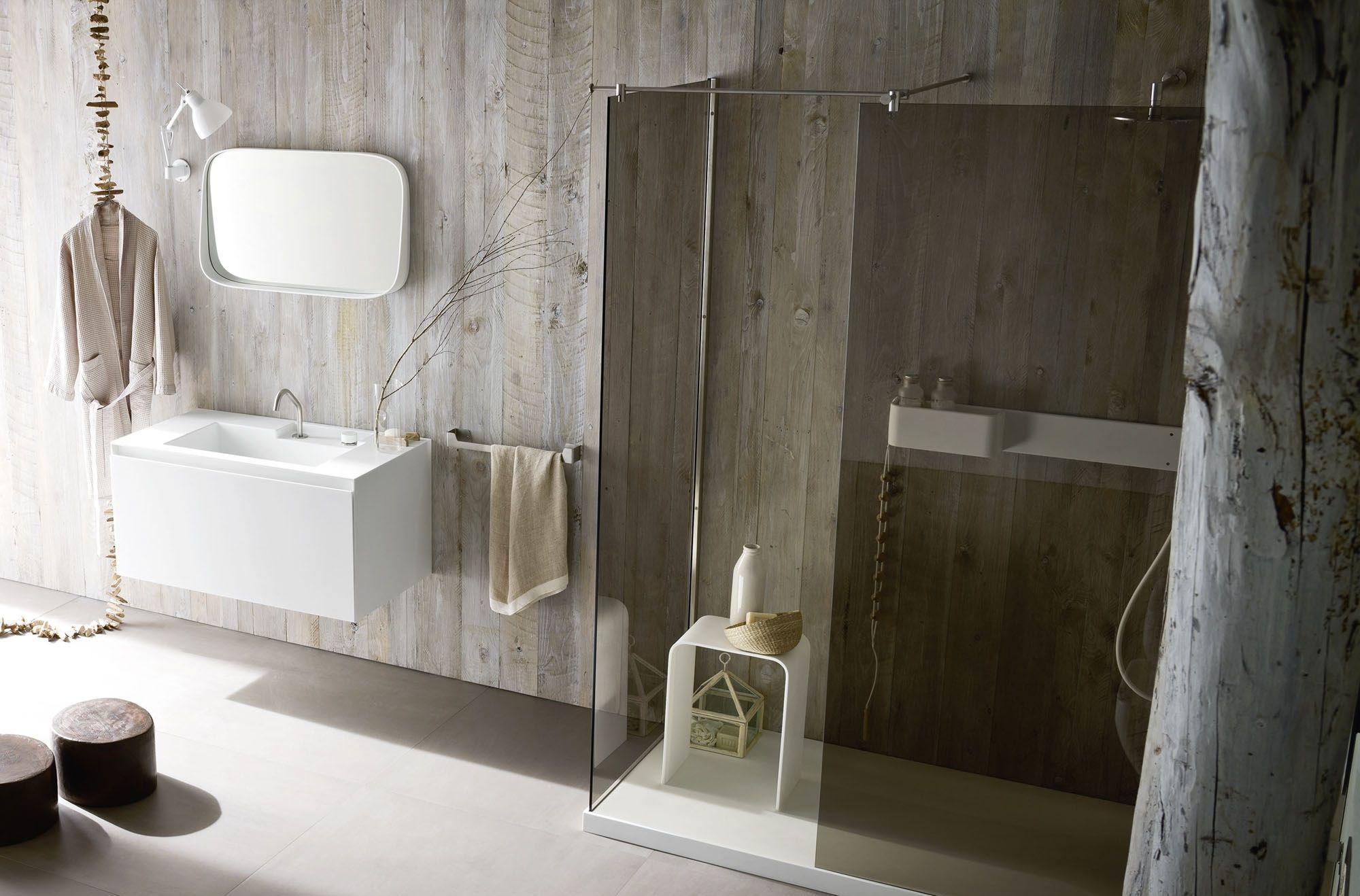 Душ без поддона с затемненным стеклом в ванной