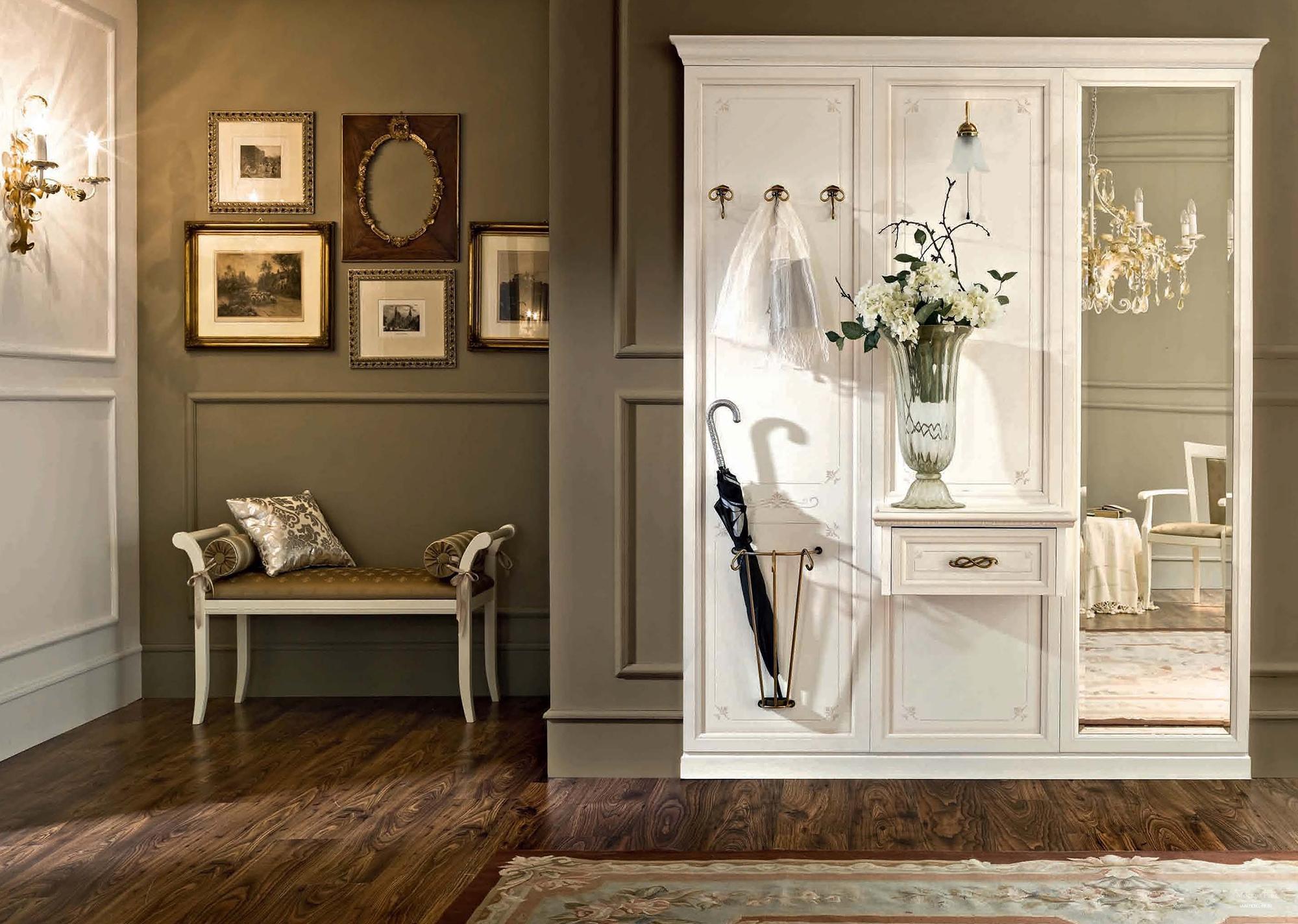 Белый шкаф с зеркальной дверью в прихожей