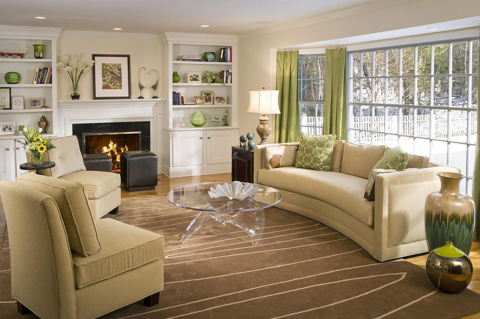 Бежевый, зеленый и коричневый цвета в интерьере гостиной