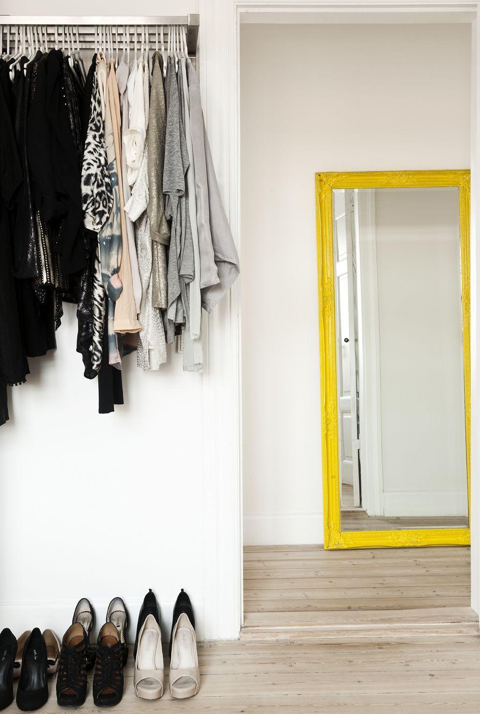 Прямоугольное зеркало в желтой раме в прихожей